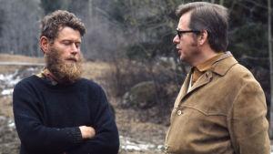 Pentti Linkola ja Raimo Ilaskivi keskustelevat ulkona