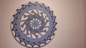 Ett konstverk bestående av blå kravatter.