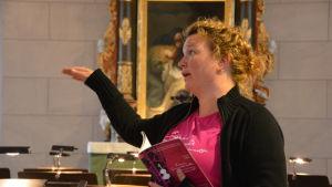 En timme före musikerna anländer koordinerar arrangör Sanna Lindholm från Raseborgs stad i kyrkan.