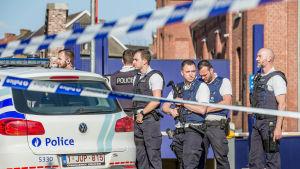 Poliser i Charleroi undersöker platsen där två av deras kolleger attackerades av en man med machete den 6 augusti 2016.