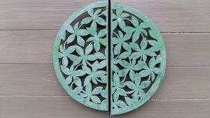Runt trähandtag med ornament, solblekt grönt.