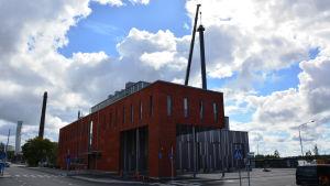 Den nya skorstenen på energilaboratoriet i Brändö är på plats.