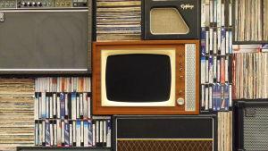 Hylla med bland annat tv, radio, ljudanläggningar och skivor.