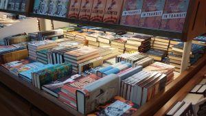 Romaner på rad i en bokhandel.