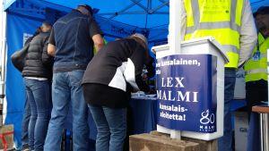 Människor skriver under medborgarinitiativet för Malms flygplats.