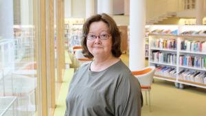 Specialbibliotekarie Christina Haapala i det nyrenoverade biblioteket