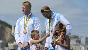 Kjetil Borch och Olaf Tufte tar emot sina OS-brons.