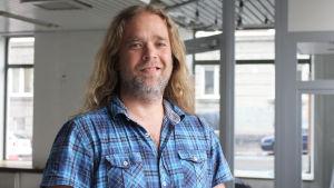 Jonatan Fogelholm jobbar för Korjaamo