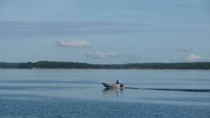 liten båt på havet.