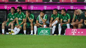 Werder Bremens avbytarbänk i matchen mot Bayern München. Niklas Moisander trea från vänster.