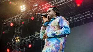 Dr Alban och hans färglada skjorta