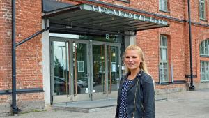 Joanna Aganimov utanför ÅA i Vasa.