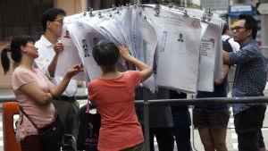 Hongkong bläddrar i listor över kandidaterna som ställer upp i valet.