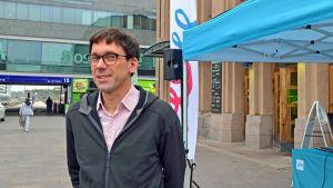 Otto Lehtipuu, kommunikationsdirektör vid VR, poserar framför Järnvägsstationen.