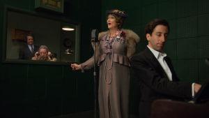 Pressikuva Florence Foster Jenkins -elokuvasta. Kuvassa Meryl Streep sekä Simon Helberg.