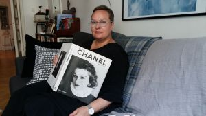 sanna tahvanainen med en bok om Coco Chanel i famnen