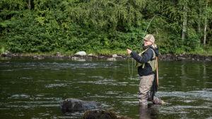 Riikka Aaltonen on ilopilleri, joka rakastaa perhokalastusta.