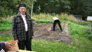 Nils Staaf från Brage i Vasa säljer nypotatis direkt från landet.