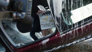 Kuvassa Tuija Haavisto (Fanni Suomi) väärinpäin olevassa autossa.