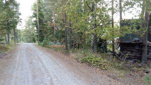 Skrotupplag vid Skärgårdsvägen i Pargas SImonby kommer att tvångsstädas.