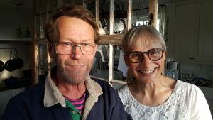 Martin och Stina Ericsson i köket på sin gård Uppgårds i Kimito. 2016. Bild två.
