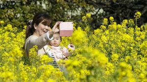 En mor tar en selfie med sitt barn i Tokyo.