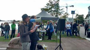 Marko Niemi på demonstrationen i Hangö mot gristransporter till Polen