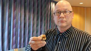 Janne Ahonen (C) med en bit att ett fastrostat rör.