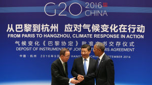 FN:s generalsekreterare Ban Ki-moon skakar hand med Kinas president Xi Jinping och USA:s president Barack Obama i samband med att Kina och USA ratificerar Parisavtalet i Hangzhou 3.9.2016