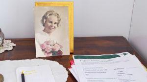 Ann Nymalm som konfirmand - och Deboras papper
