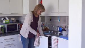 Tarja Ahola städar hemma hos Ann Nymalm