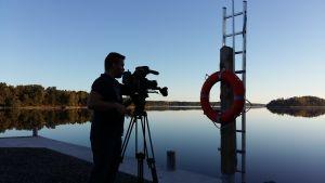 Tv-fotografen Dan Gustafsson filmar i Houtskär.