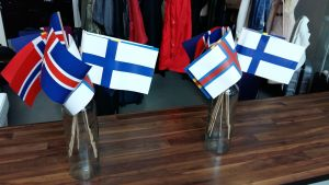 Nordiska flaggor i vaser.