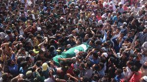 Dödad 11-årig pojke bärs av människor i Srinagar, Kashmir.