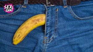 Banan som sticker ut ur ett par jeans
