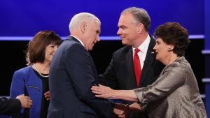 Karen Pence (längst till vänster), republikanernas vicepresidentkandidat Mike Pence, demokraternas Tim Kaine och hans fru Anne Holton efter att tv-debatten avslutats.