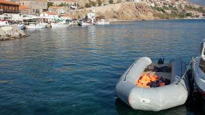En flyktingbåt i hamnen i Mithymna (Molyvos) på norra Lesbos.