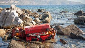 Motorn är kvar av en förlist flyktingbåt vid hamnen i Mithymna (Molivos) på norra Lesbos.