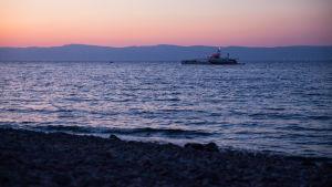 Miljöorganisationen Sea Shepherds fartyg Brigitte Bardot vid stranden i Skala Sykamineas på Lesbos. Turkiets kust i bakgrunden.