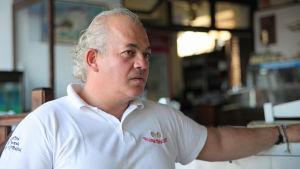 Restaurangägaren Vangelis Stylianou i Skala Sykamineas på Lesbos.