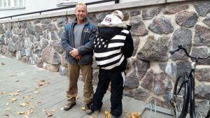 Jan Jalutsi tillsammans med en ung kille som står med ryggen mot kameran.