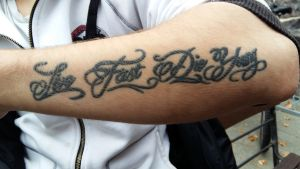 "Tatuering med texten ""live fast die young"""