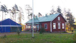 Den gamla skolbyggnaden i Täkter i Ingå.