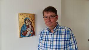 Stefan Forsén franför en ikon.