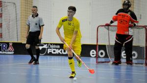 Rasmus Lagerström spelar för FBC Raseborg Knights, i bakgrunden målvakten Timo Ruokolainen.