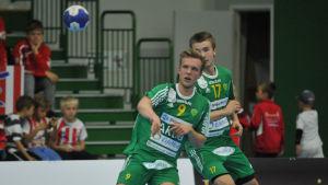 Gustav Svanbäck (nr 9) och Ian Martin (nr 17) i Sjundeå IF.