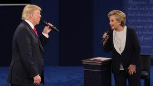 Trump och Clinton under presidentvalsdebatten i Missouri 9.10.2016