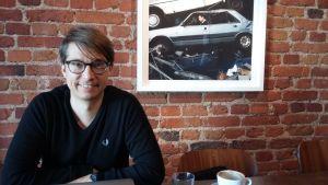 Markus Keränen sitter och jobbar på caféet Jaohan & Nyström