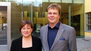 Professorerna Elina Pirjatanniemi och Ronald Österbacka poserar utanför ASA-huset.