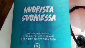 Bild på pärmen till Allianssis rapport med texten Nuorista Suomessa.
